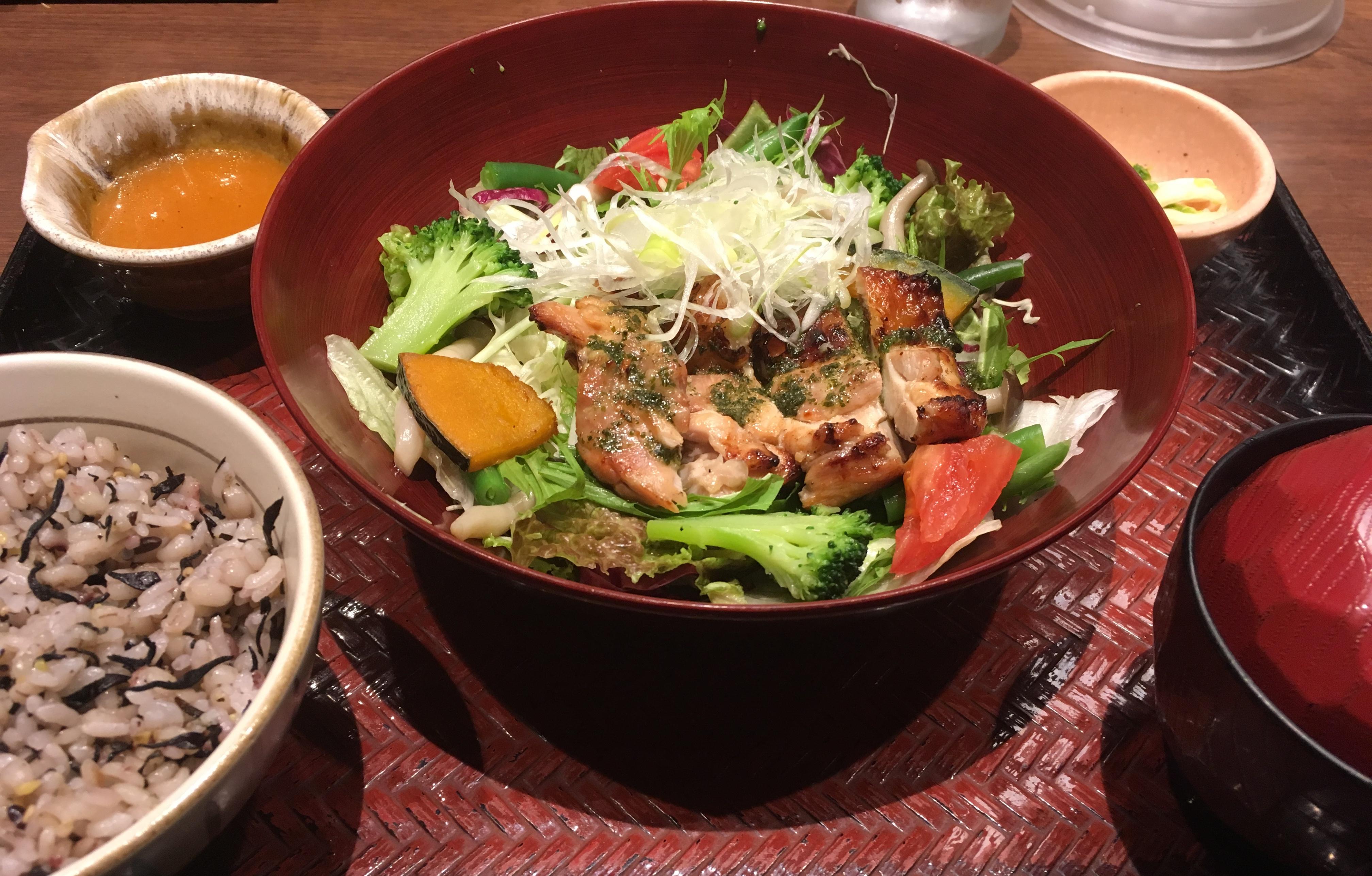 彩り野菜と炭火焼きバジルチキン
