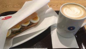 エクセルシオールのパニーニペッパーチキン&たまご とカフェラテ