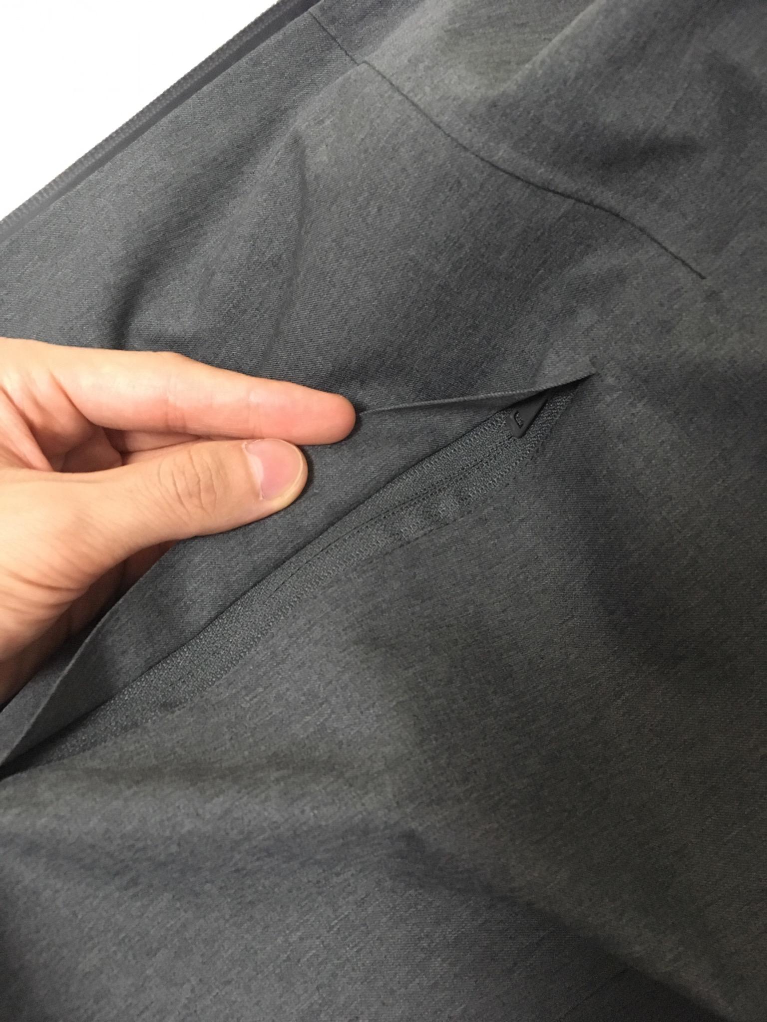 ブロックテックパーカのポケットのファスナー