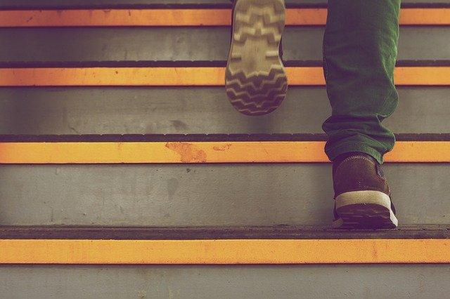 階段を上る男性の足元