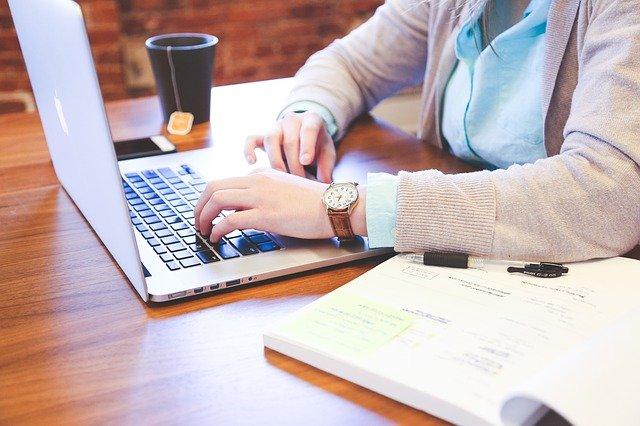 ノートパソコンと学生